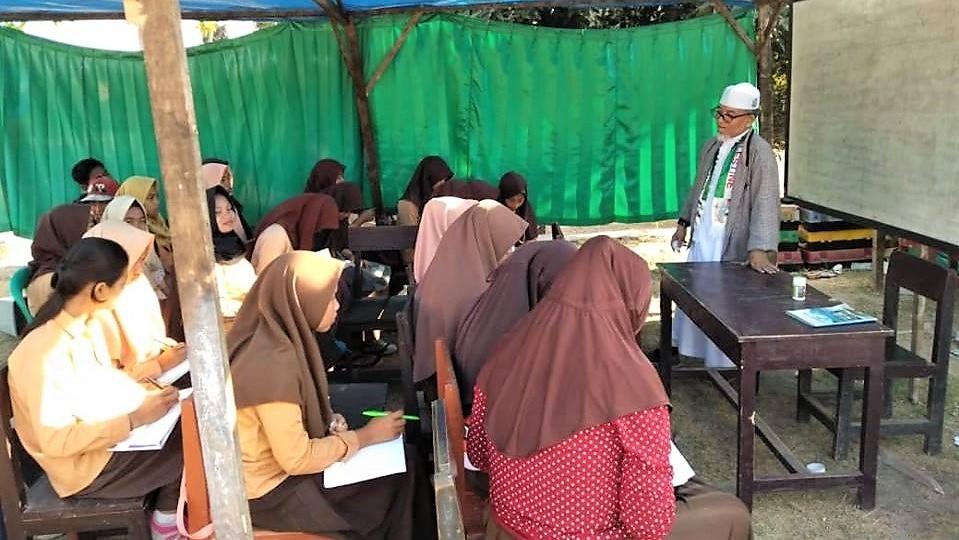 Imaam Mengajar di Sekolah Darurat Lombok